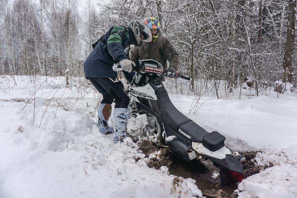 Эндуро Кавасаки зимой