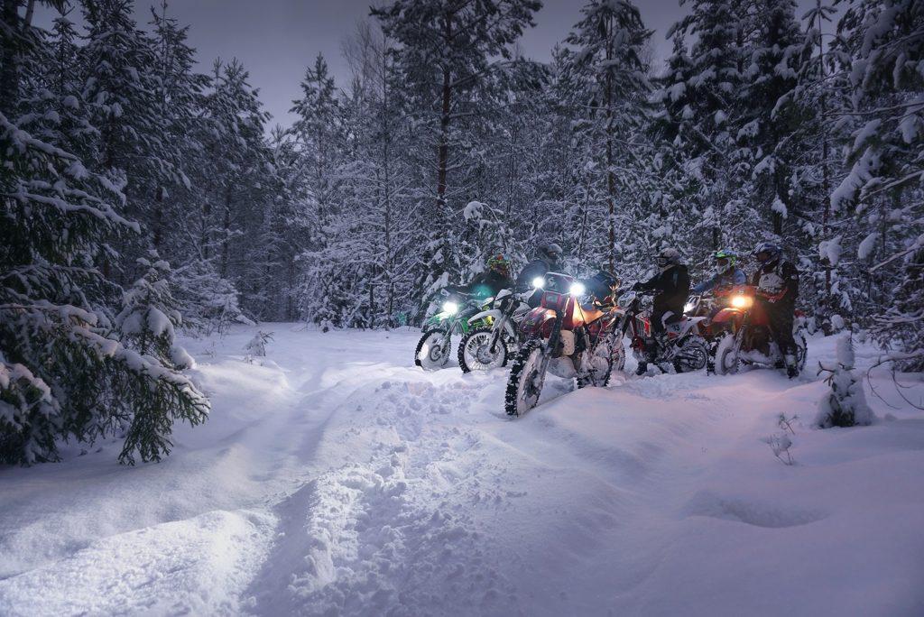 Эндуро в зимнем лесу