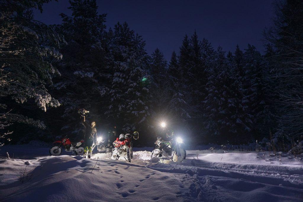 мотоциклы зимой в лесу