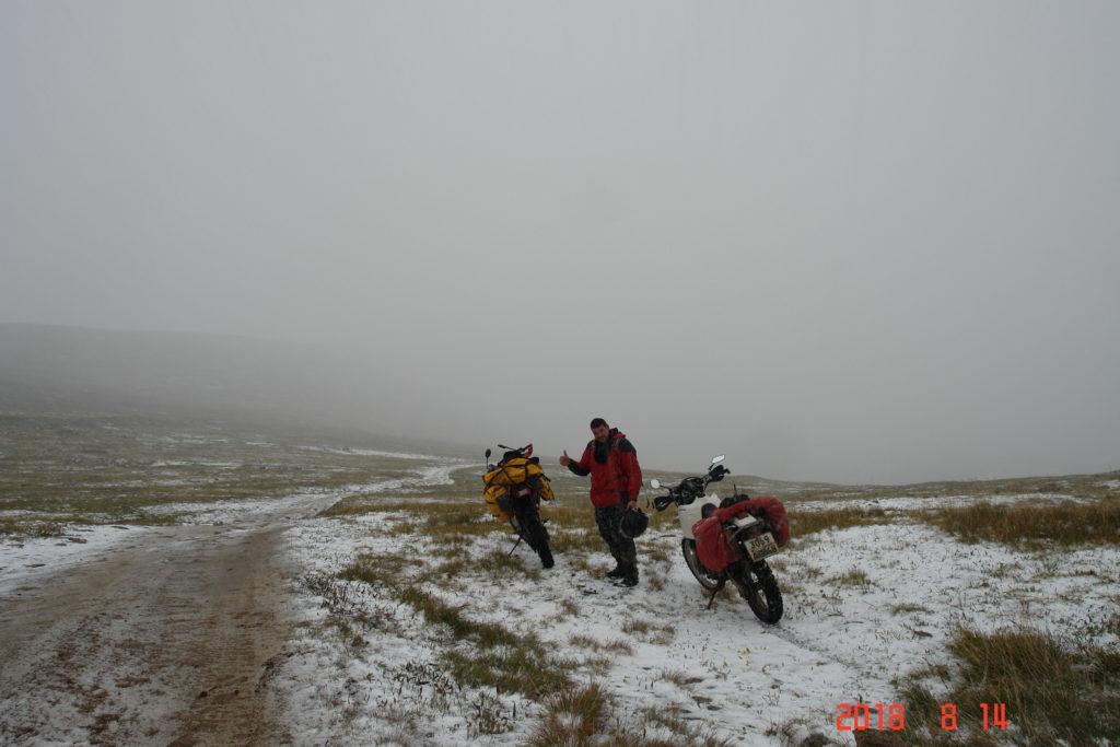 В горах алтая на мото и снег